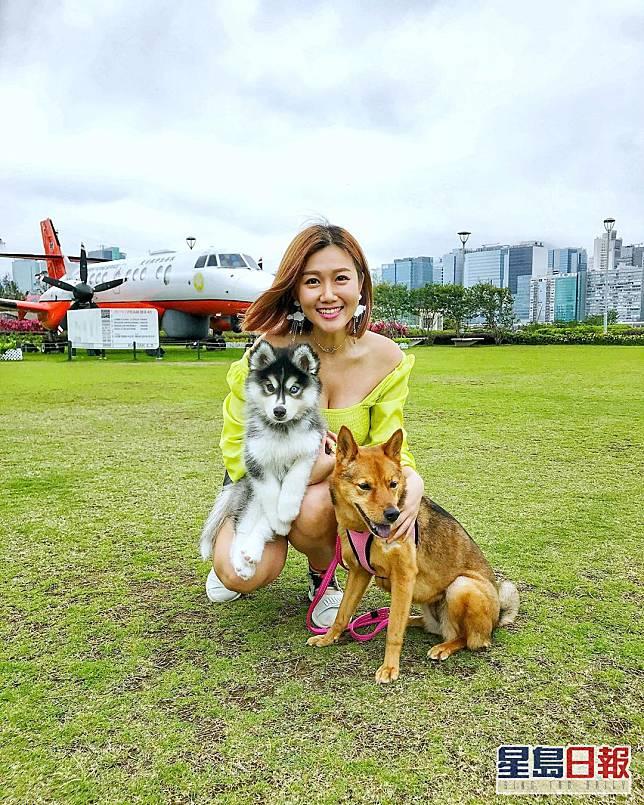 白雲有兩隻愛犬Dola和Cash。