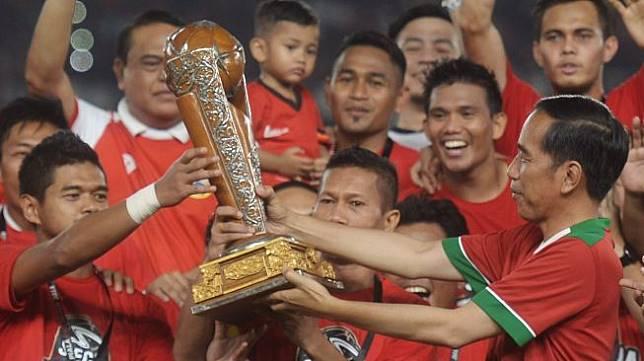 Presiden Joko Widodo menyerahkan trofi juara kepada Persija Jakarta (ANTARAFOTO/Akbar Nugraha Gumay)