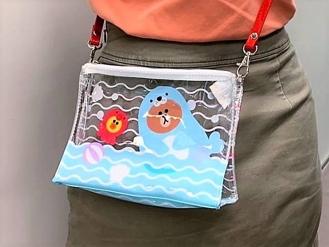 JUNGLE BROWN系列海洋主題斜揹袋:海狗造型的熊大簡直令人少女心爆發,無辜的眼神配搭半透明海岸,夏日氣息滿瀉!($69/個)
