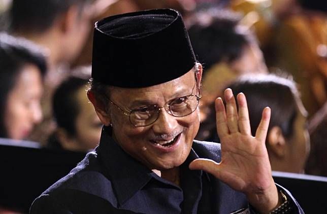 Former Indonesian President Bacharuddin Jusuf Habibie waves to supporters as he sits with the audience to hear US President Barack Obama deliver his keynote speech at the University of Indonesia in Jakarta on November 10, 2010.