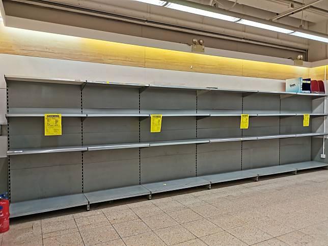 ▲香港許多超市的貨架上,衛生紙都已被搶購一空。(圖/翻攝巴打絲打粉專)