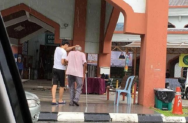 Berbeda Agama Namun Tetap Saling Menolong, Kakek Ini Diantarkan Ke Masjid Oleh Seorang Pemuda Tionghoa
