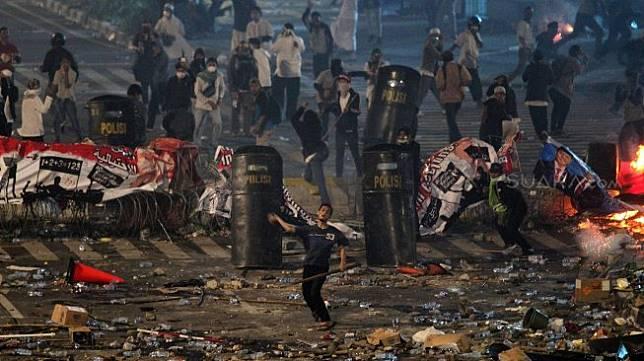 Bentrokan antara massa dengan anggota Kepolisian di depan kantor Bawaslu, Jakarta, Rabu (22/5). [Suara.com/Arief Hermawan P]