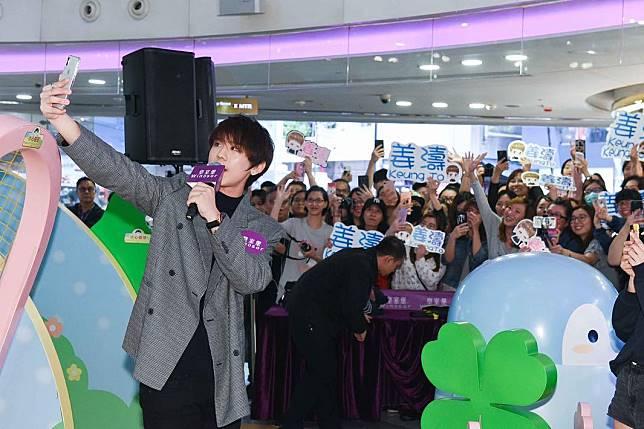 早前姜濤和Ian、Anson Lo出席活動,花姐送上生日蛋糕,更帶領全場粉絲一起唱生日歌。