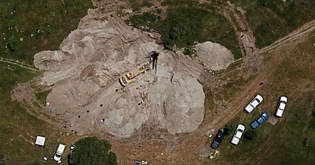 พบ 44 ศพซุกถุงนับร้อยใบถ่วงบ่อน้ำ หลังชาวบ้านร้องเรียนได้กลิ่นเหม็นคลุ้ง