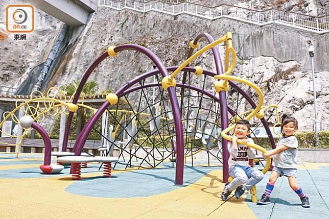 公園內的攀爬架、攀爬網與攀石牆非常有特色,小朋友怎會不歡喜?注意背後的石壁正是石礦場原貌。〈資料圖片)