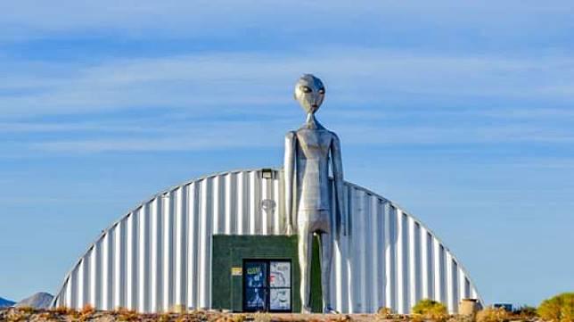 Sebuah hanggar dengan patung alien di depannya di Area 51, Nevada, Amerika Serikat (Shutterstock).
