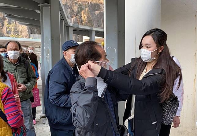 鄧以婷教長者配戴口罩。