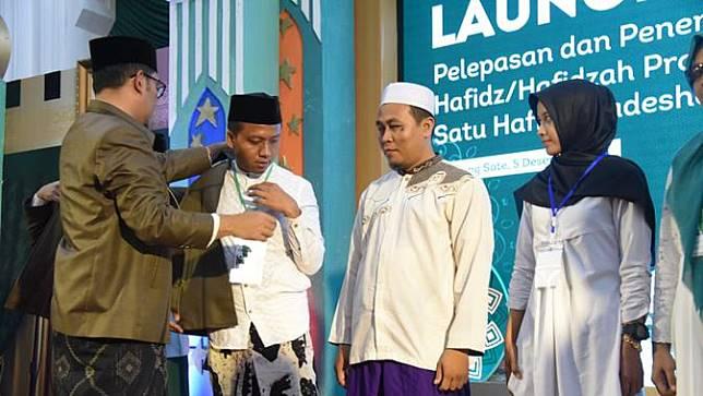 Gubernur Jawa Barat Ridwan Kamil melepas 1.500 hafidz dan hafidzah yang akan diutus ke 1.500 desa di 27 kabupaten kota pada acara pelepasan di Kantor Gubernur, Bandung, Kamis malam (5/12/19). (Foto: Liputan6.com/Humas Jabar/Arie Nugraha)