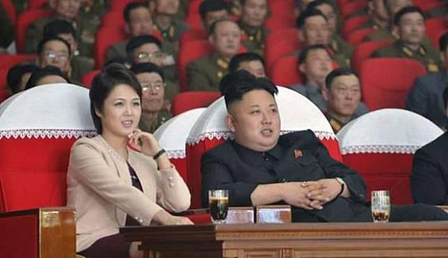 Kim Jong-un dan istrinya Ri Sol-ju pada saat menonton konser (Reuters)