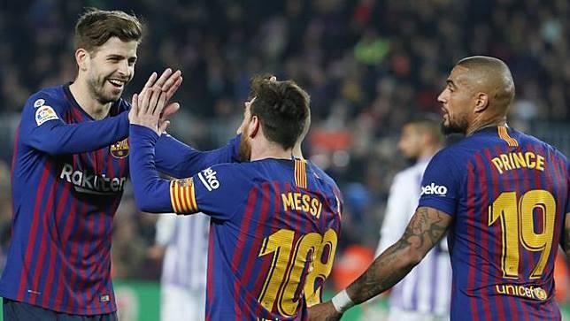 Bek Barcelona, Gerard Pique, merayakan gol yang dicetak Lionel Messi ke gawang Valladolid. (AFP/Pau Barrena)