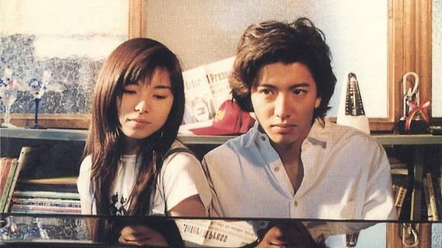 《Long Vacation》中,木村飾演事業愛情皆失意的鋼琴家,遇上同樣失意的山口智子,展開了微妙的感情。(互聯網)