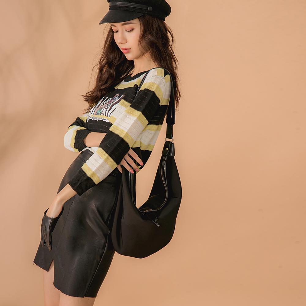 簡約的純黑兩用包 不僅能當成時下流行的斜背腰包 也能變身氣質簡約的肩背包 超大容量讓你外出收納不侷限 內附贈小包+背帶 拼接皮革材質的面料設計 讓整體細緻度大大提升 絕對是穿搭加分的好夥伴 《 商品說