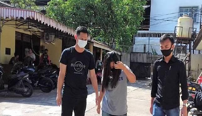 Pekerja seks komersial (PSK) F (30) ditangkap anggota Polsek Sukarami Palembang karena dilaporkan telah membawa kabur sepeda motor JA (38). (Foto/Ist).