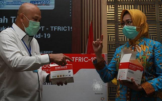 Kepala Badan Pengkajian dan Penerapan Teknologi (BPPT) Hammam Riza (kiri) bersama Wali Kota Tangerang Selatan Airin Rachmy Diani (kanan) menunjukkan PCR Test Kit yang disumbangkan ke Pemkot Tangerang Selatan untuk penanganan Covid-19 di Puspiptek, Tangerang Selatan, Banten, Kamis (4/6/2020)/Antara Foto-Muhammad