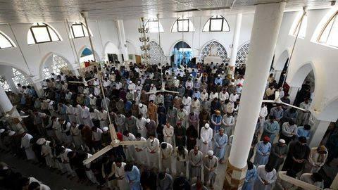 Masjid-masjid di Pakistan masih padat sementara fasilitas umum lain tutup karena pemerintah memperketat aturan jaga jarak di tengah gelombang tiga Covid-19. (AFP/Aamir Qureshi)