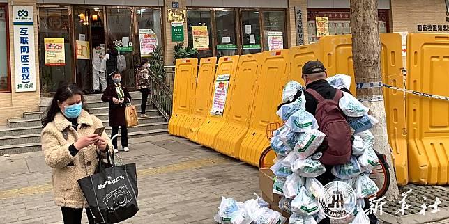 ชายจีนแปลงร่างเป็นรถพุ่มพวง 'ส่งยา' สู่ชุมชนในอู่ฮั่น