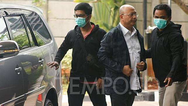 The Mayor of Medan Medan Dzulmi Eldin arrived at the KPK office in Jakarta, Wednesday, October 16, 2019, after he was nabbed in the sting operation. TEMPO/Genta Shadra Ayubi