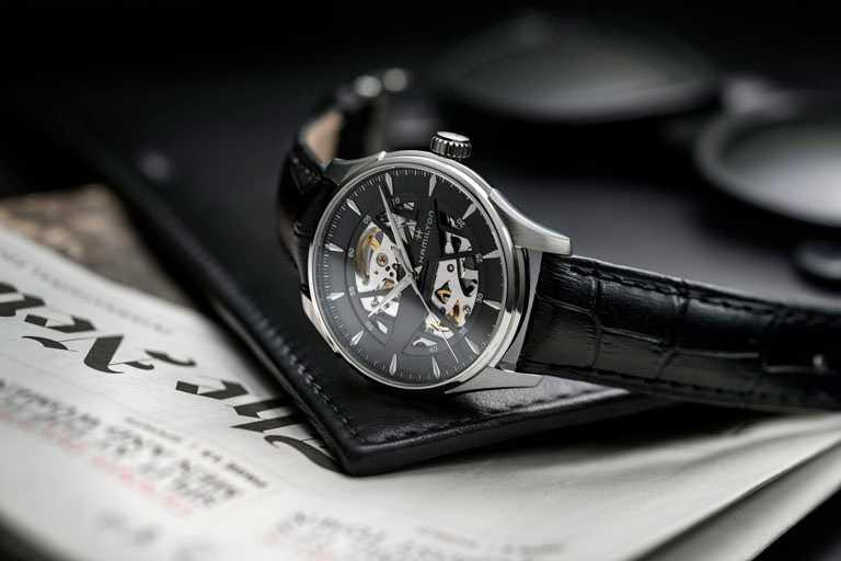 HAMILTON漢米爾頓「Jazzmaster Skeleton鏤空系列」的鏤空錶盤結構,與經典的「尖刺H形」標誌完美結合╱鏤空黑色錶盤,40mm,精鋼錶殼,黑色小牛皮錶帶╱39,000元。(圖╱HAMILTON提供)