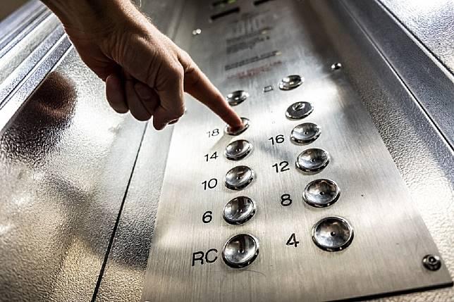 ▲電梯口門外卻有一名小弟弟瘋狂的「按開門鈕」,讓電梯中的原 PO 爆氣撂下一句「狠話」,直接讓那個小弟弟哭著回去找爸媽。(示意圖/翻攝自 pixabay )