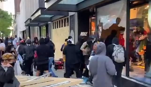 STORE Nike di Michigan Avenue jadi sasaran penjarahan, yang telah melenceng dari aksi Black Lives Matter, yang sejatinya menuntut keadilan.*
