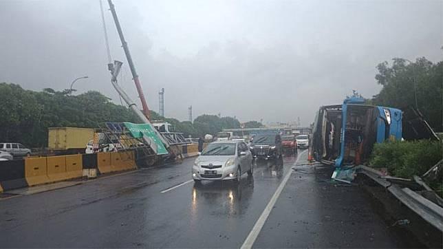 Bus Damri B 7509 PD  rute Bekasi - Bandara Soekarno-Hatta (Soeta) mengalami kecelakaan di Km 21+000 Jalan Tol Sedyatmo arah Bandara Soekarno-Hatta   Kamis 23 23 Januari 2020. Foto dokumentasi Jasa Marga