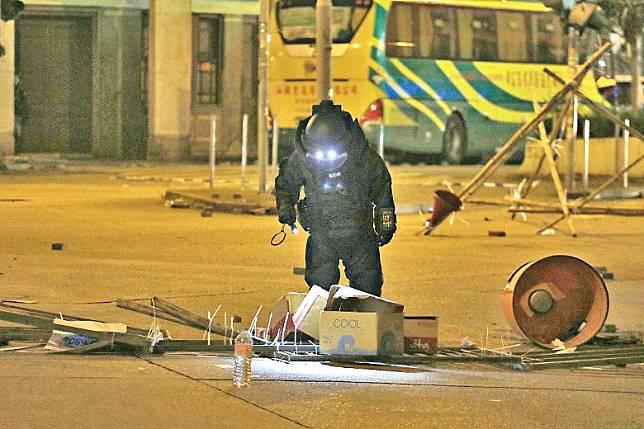 警方批評暴徒放置懷疑爆炸品,是企圖轉移警方視線,亦會令市民掉以輕心。
