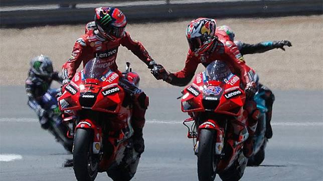 Pembalap Ducati Lenovo, Jack Miller dan Francesco Bagnaia merayakan kemenangan mereka di balapan MotoGP Spanyol di Circuito de Jerez, Spanyol, Ahad, 2 Mei 2021. Valentino Rossi, yang start dari posisi ke-17, finis dengan posisi sama.  REUTERS/Jon Nazca