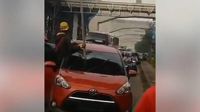 Sebuah Mobil Tertimpa Besi Proyek Tol Cibubur. (Facebook/Rizal Pahlevi