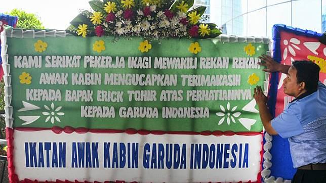 Petugas menyusun karangan bunga ucapan terima kasih hingga dukungan kepada Menteri BUMN di halaman Kementerian BUMN Jakarta, Jumat 6 Desember 2019. Karangan bunga yang dikirim ke kantor Kementerian BUMN tersebut menyusul pemecatan Menteri BUMN kepada Direktur Utama Garuda Indonesia Ary Ashkara. ANTARA FOTO/Nova Wahyudi