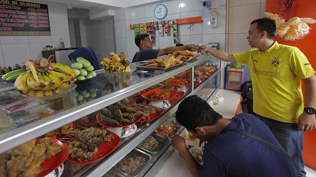 Pedagang melayani pembeli di Warteg Subsidi Bahari kawasan Jalan Fatmawati, Jakarta, Sabtu (28/3). [ANTARA FOTO/Reno Esnir]
