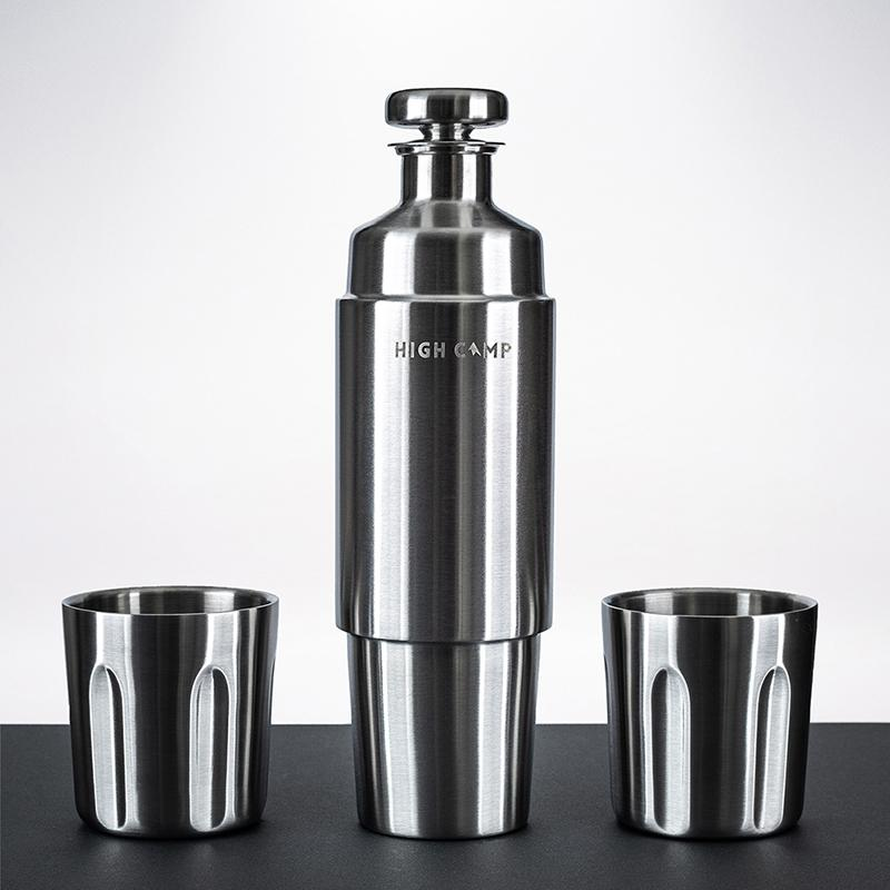 包括兩個隨行杯和一個750ml的保溫瓶,足以容納你最喜愛的烈酒的五分之一或一整瓶紅酒...當然要和朋友一起分享、歡呼! 使用我們正在申請專利中的磁吸式系統,將杯子固定在您的保溫瓶上,真空隔熱設計可將您