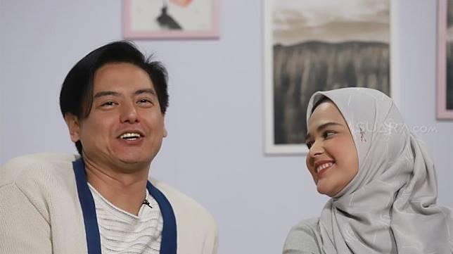 Roger Danuarta bersama istrinya Cut Meyriska berpose saat berkunjung ke kantor Suara.com, Jakarta, Senin (16/9). [Suara.com/Angga Budhiyanto]
