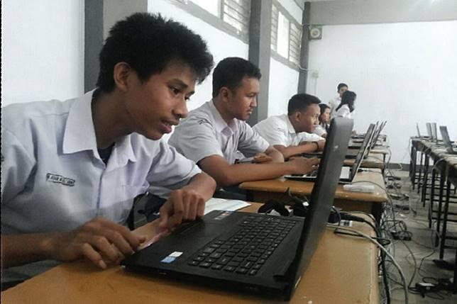 (Foto Ilustrasi) Siswa sedang ujian CBT