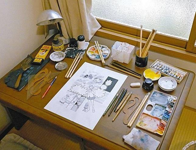 滿是漫畫家奮鬥痕跡的書桌面。(互聯網)