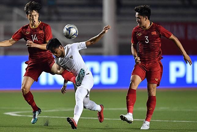 Pemain Timnas U-22 Indonesia Saddil Ramdani (tengah) berebut bola dengan dua pemain Timnas Vietnam Nguyen Hoang Duc (kiri) dan Huynh Tan Sin