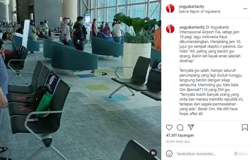 Penumpang di ruang tunggu bandara YIA bangun dikala lagu Indonesia Raya diputar.