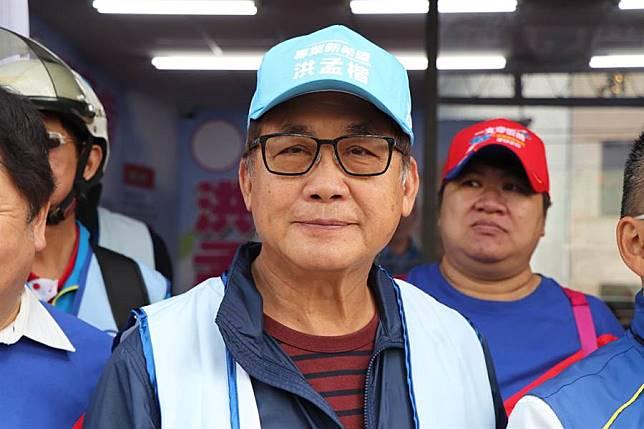 「民族英雄」現身 梁修身陪洪孟楷騎鐵馬掃街