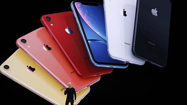 CEO Tim Cook memperkenalkan iPhone 11 terbaru di Cupertino, California, AS, 10 September 2019. Pada iPhone 11, Apple menyematkan chipset A13 bionic yang diklaim sebagai chipset untuk smartphone yang paling bertenaga pada saat ini di pasaran. REUTERS/Stephen Lam
