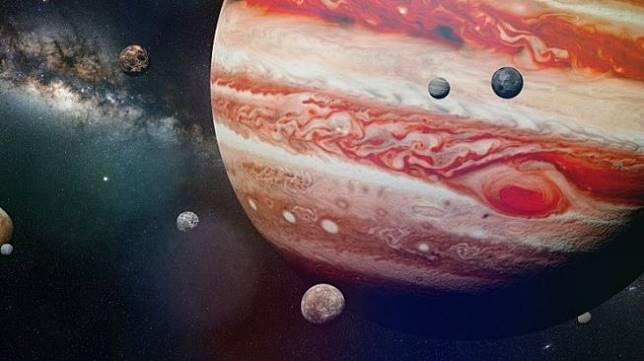 Ilustrasi planet Jupiter dengan bulan-bulannya. Salah satunya adalah Io [Shutterstock]