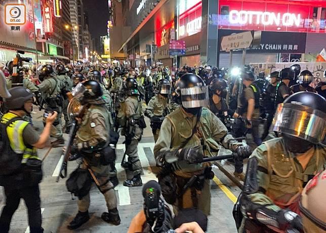 警方昨日在九龍多區驅散示威者。