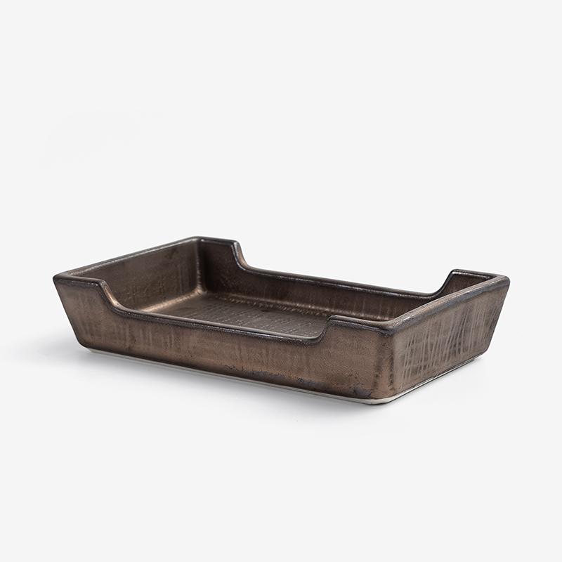 日本製造,產地直送1200℃ 高溫窯燒陶瓷,質地較強硬。獨特金銅釉霧面上色,表面呈現微微流沙般的細緻手感。手作獨特風貌,輕撫盤緣可明顯感受不規則狀。