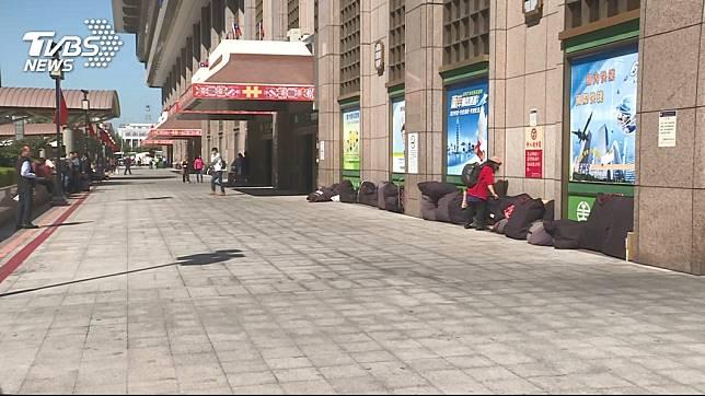 3名歹徒今日利用人民幣交易為由,在台北車站設局行搶案件。圖/TVBS