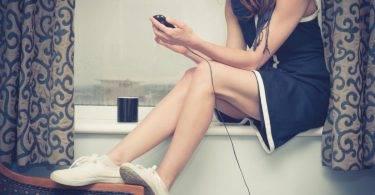 15歲少女邊泡澡邊滑充電中手機,不慎掉入浴缸被電死