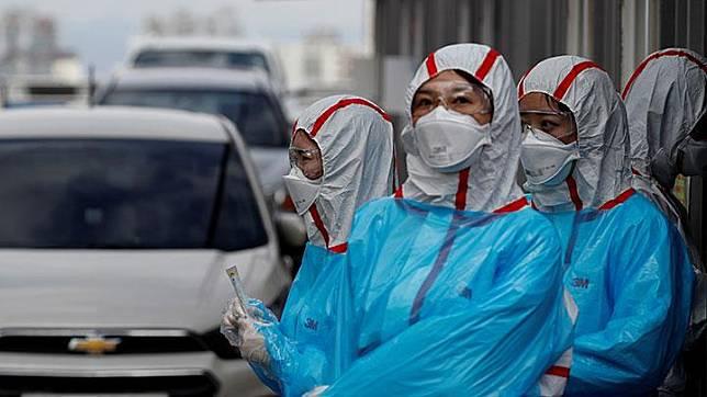 Anggota staf medis menunggu kedatangan pengunjung di pusat pengujian 'drive-thru' untuk penyakit virus corona COVID-19 di Pusat Medis Universitas Yeungnam di Daegu, Korea Selatan, Selasa, 3 Maret 2020. Prosedur pengambilan sampel ini dinilai praktis karena hanya berlangsung kurang dari 10 menit. REUTERS/Kim Kyung-Hoon