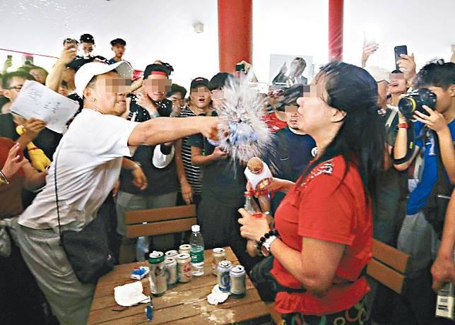 光復屯門公園遊行曾有示威者向大媽潑水。