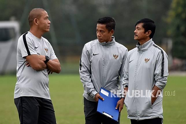 Pelatih tim nasional U-23 Indonesia Indra Sjafri (kanan) bersama asisten pelatih Yunan Helmi (tengah) dan Nova Arianto (kiri) mengawasi latihan para pemain, di lapangan Vietnam Footbal Federation (WFF), My Dinh, Hanoi, Vietnam, Senin (25/3/2019).