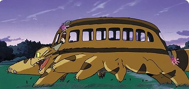 動畫《龍貓》中的貓巴士,是毛茸茸的飛毛腿,會飛簷走壁。(互聯網)