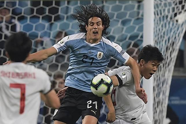 Japan's Takehiro Tomiyasu(R) and Uruguay's Edinson Cavani battle for the ball during the Copa America football tournament Group C match between Uruguay and Japan at the Gremio Arena Stadium in Porto Alegre, Brazil, on June 20, 2019.