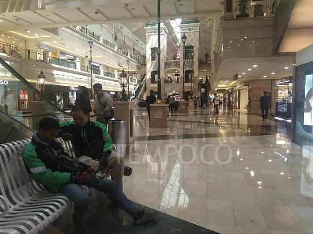 Pengemudi menunggu proses order makanan di Puri Indah Mall, Jakarta Barat, 17 Juli 2019. TEMPO/Imam Hamdi